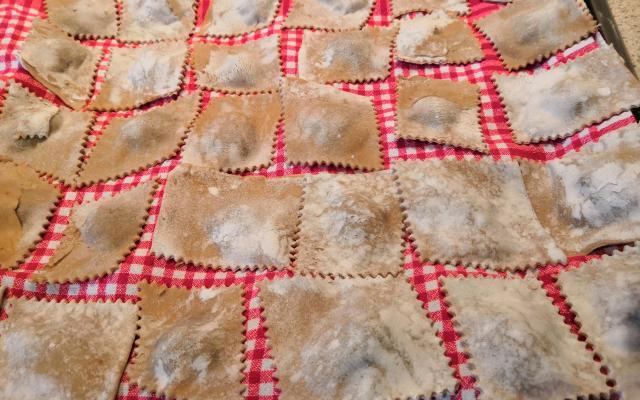 Schlutzkrapfen mit Kloazenfüllung eine Spezialität aus Steinegg von Steinegger Bauern entworfen. Hier auf einem bemehltem Tuch gelagert.