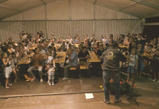 Der Festplatz von Steinegg ist gefüllt. Die Stimmung kann kaum besser sein.