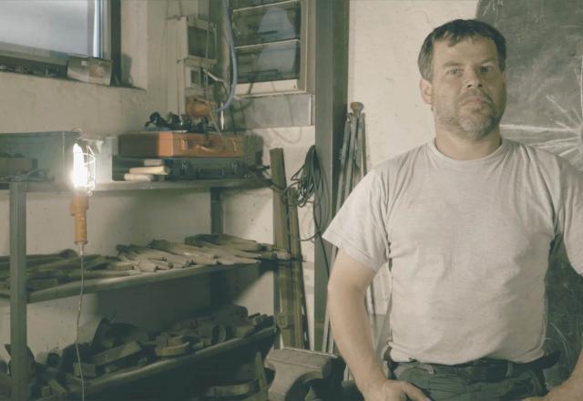 Besonnen steht Raimund Resch in seiner Werkstatt