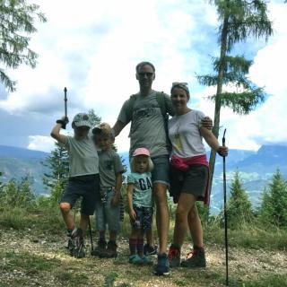 Familie Ettlich beim Wandern in Kohlern Bozne Südtirol