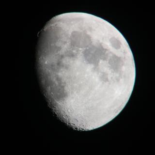 Mond mit Schatten von der Dachterrasse aus fotografiert
